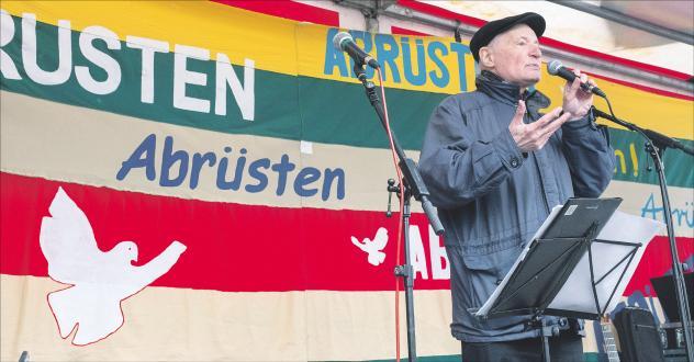 Eugen Drewermann bei der Abschlusskundgebung des Berliner Ostermarsches am 18. März 2018, der unter dem Motto »Abrüsten statt aufrüsten« stand. Foto: Rolf Zöllner/epd