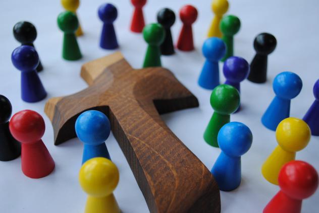 Gemeinschaft um das Kreuz