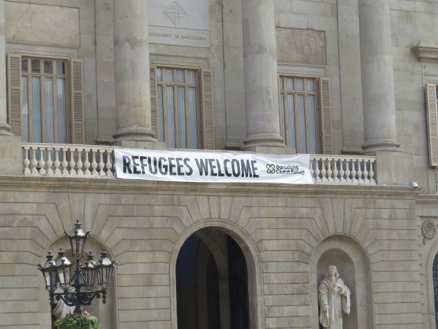 Refugees Welcom Banner an Kirche