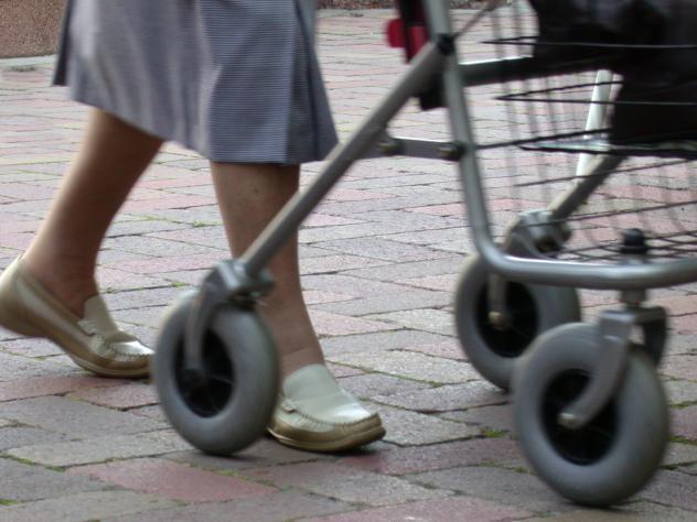 Alte Senioren Zuhause bleiben