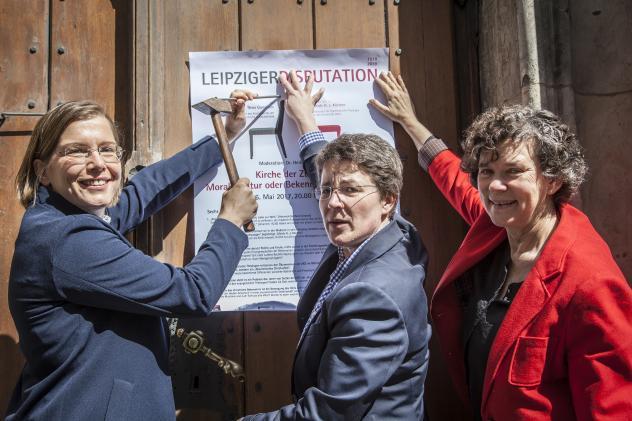 Leipzigs Kulturbürgermeisterin Skadi Jennicke (Linke), Pfarrerin Britta Taddiken und Uni-Rektorin Beate Schücking (v. l.) schlugen vorab ihre Thesen an die Tür der Leipziger Thomaskirche.