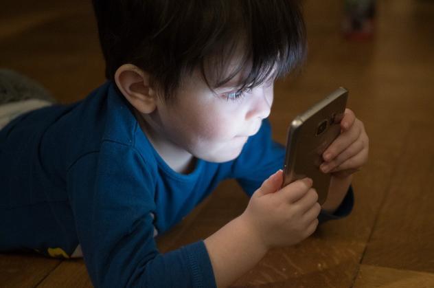Junge mit Handy Medien in Coronazeiten