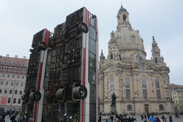 Monument vor der Frauenkirche Dresden