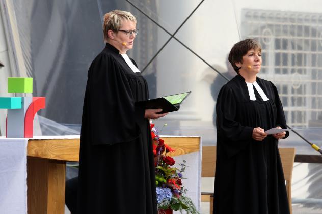 Margot Käßmann (r.) wird in der Wittenberger Schlosskirche dabei sein.