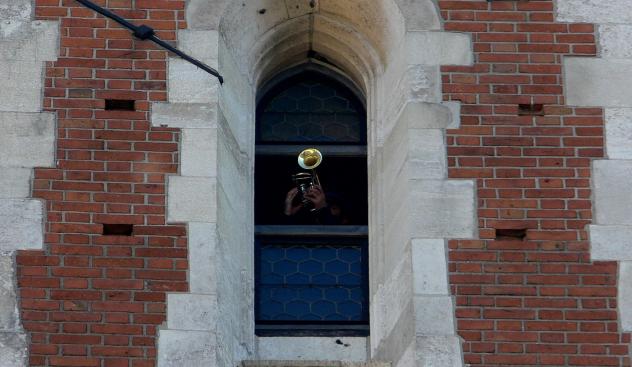 Osterlied »Christ ist erstanden« von Balkons, in Vorgärten und aus Fenstern