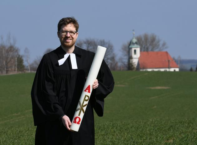Pfarrer, Osterkerze, Osterlicht, Benjamin Stahl