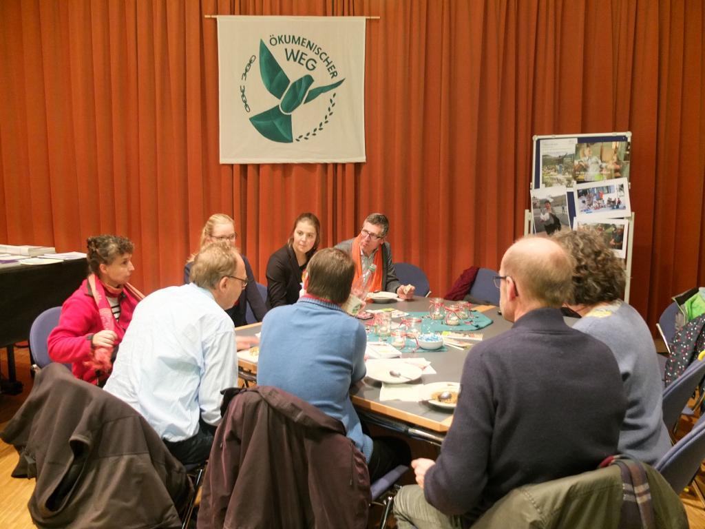 An Tischen informieren Initiativen während des Mittagessens die Teilnehmer des Ökumenischen Festtages über ihre Aktivitäten. @ Tomas Gärtner