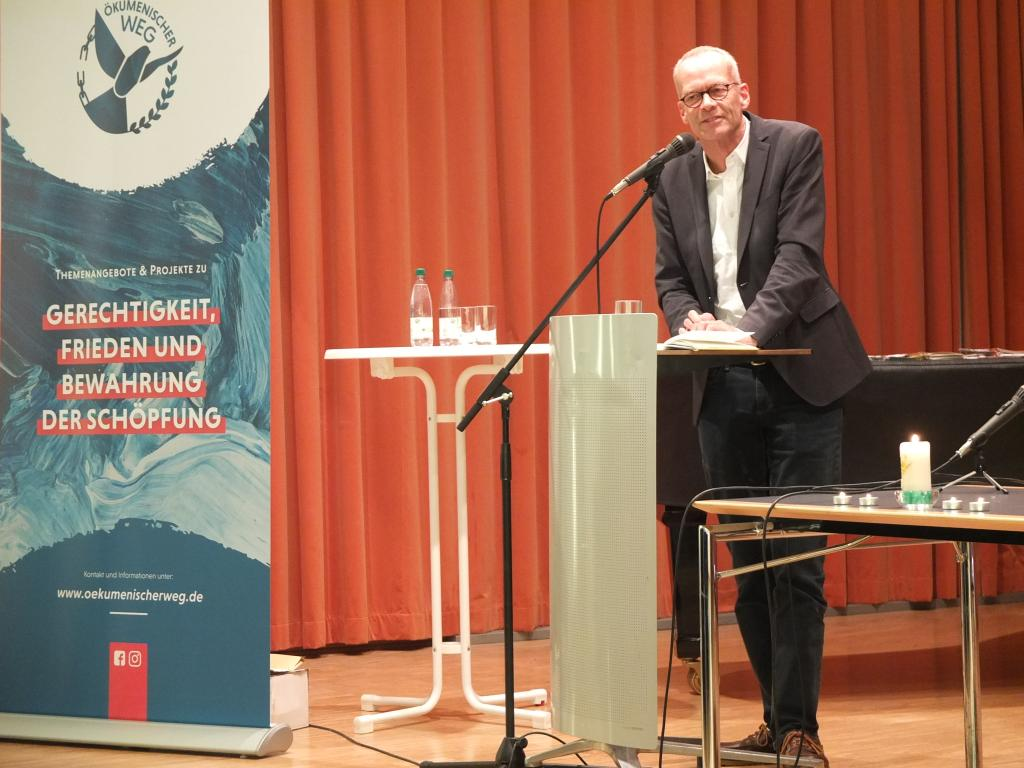 Burkhard Hoose, Seelsorger der Katholischen Studentengemeinde Würzburg plädiert in seinem Vortrag auf dem Ökumenischen Festtag für ein politisch engagiertes Christentum. © Tomas Gärtner