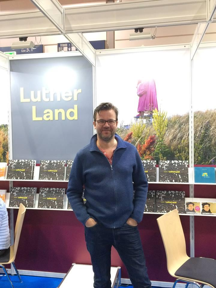 Fotograf Jörg Gläscher vor seinem Bildband »Lutherland«