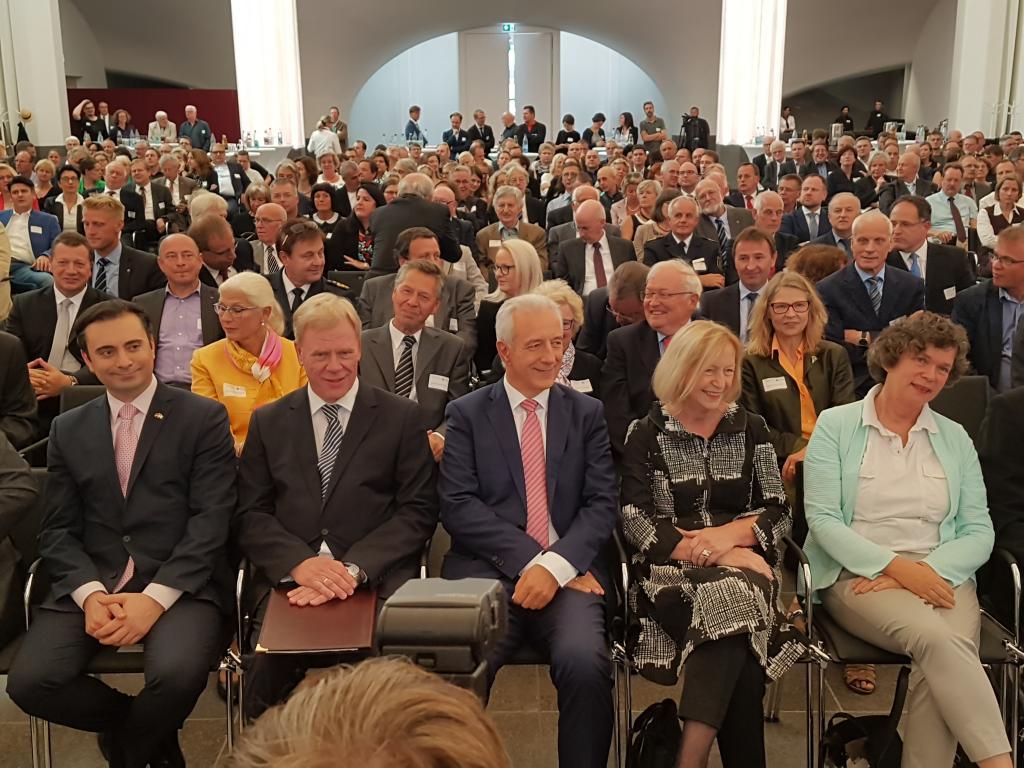 Führende CDU-Politiker in der ersten Reihe: Ministerpräsident Stanislaw Tillich (Mitte), Finanzminister Georg Unland (2.v.l.) und Bundesbildungsministerin Johanna Wanka (2.v.r.). Außerdem natürlich Uni-Rektorin Beate Schücking (r.), Foto: Uwe Naumann
