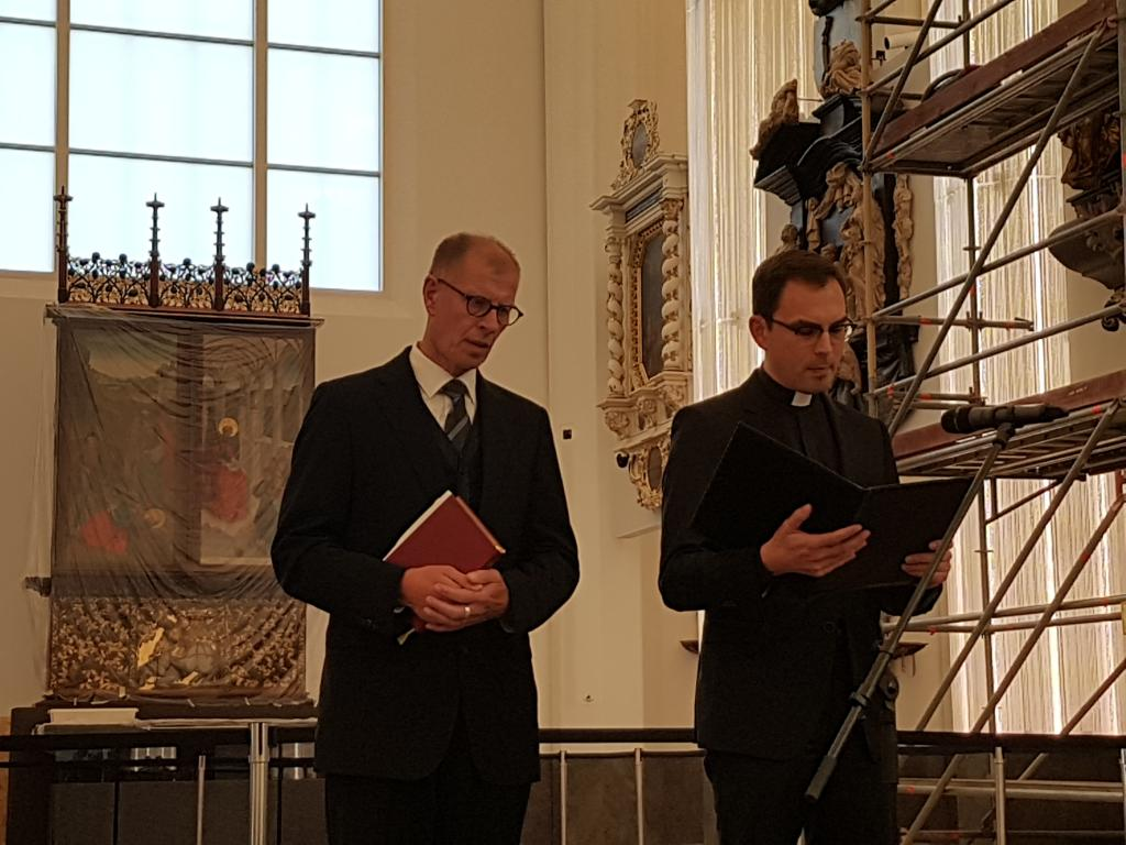 Die Andacht halten Oberlandeskirchenrat Dietrich Bauer (l.) und der katholische Generalvikar des Bistums Dresden-Meißen, Andreas Kutschke. Foto: Uwe Naumann