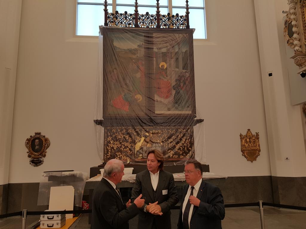 Der Architekt des Aula-Kirchenbaus, Erick van Egeraat, im Gespräch vor dem gotischen Paulineraltar. Foto: Uwe Naumann