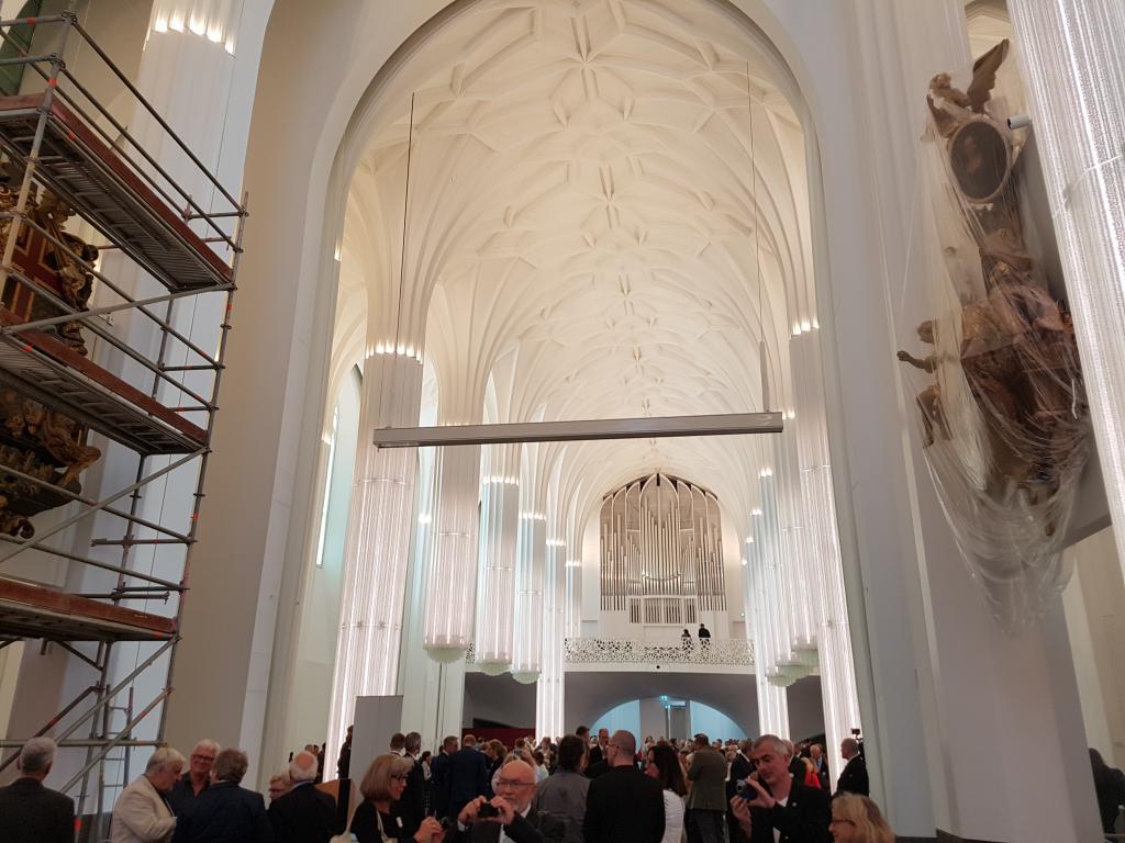 Blick vom Altarraum ins Kirchenschiff zur Empore mit der Jehmlich-Orgel. Foto: Uwe Naumann