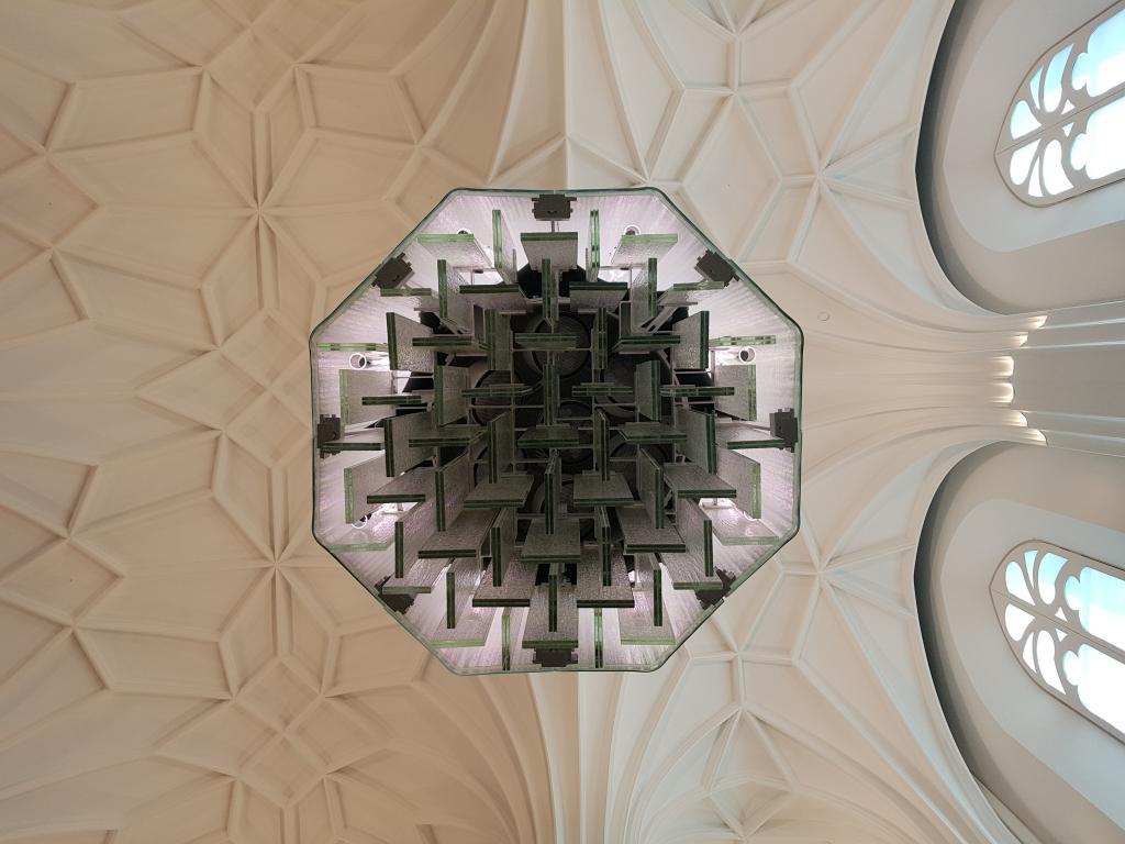 Eine beleuchtete, hängende Glassäule von unten. Foto: Uwe Naumann