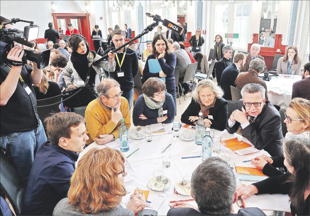 Thomas de Maizière im Gespräch mit Bürgern