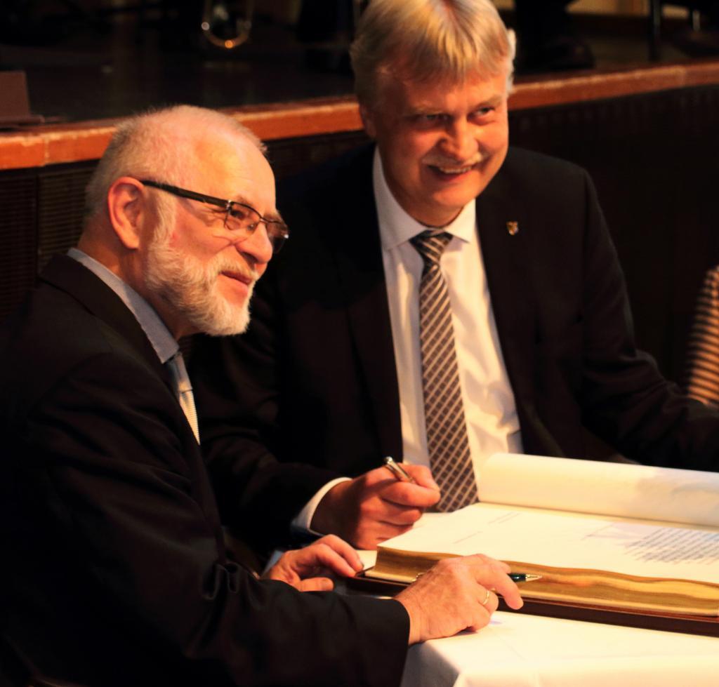 Eintrag in das Goldene Buch der Stadt Markkleeberg – Pfarrer Dr. Arndt Haubold und Oberbürgermeister Karsten Schütze © Axel Thieme