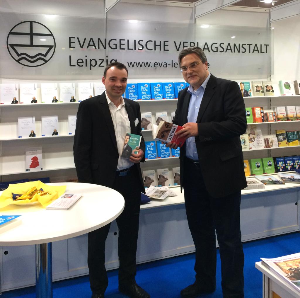 Joachim Liebig, Kirchenpräsident der Evangelischen Landeskirche Anhalts, mit Sebastian Knöfel, Geschäftsführer der Evangelischen Verlagsanstalt