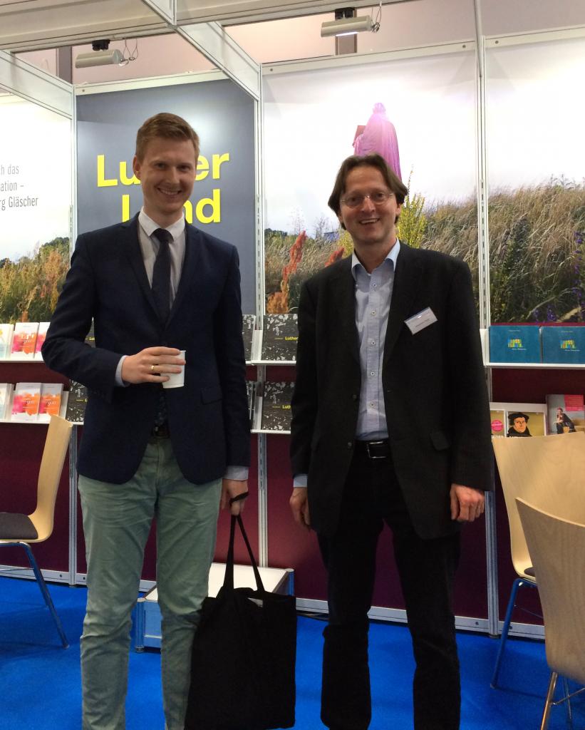 Autor Benjamin Hasselhorn mit Johannes Popp, PR- und Öffentlichkeitsarbeit EVA