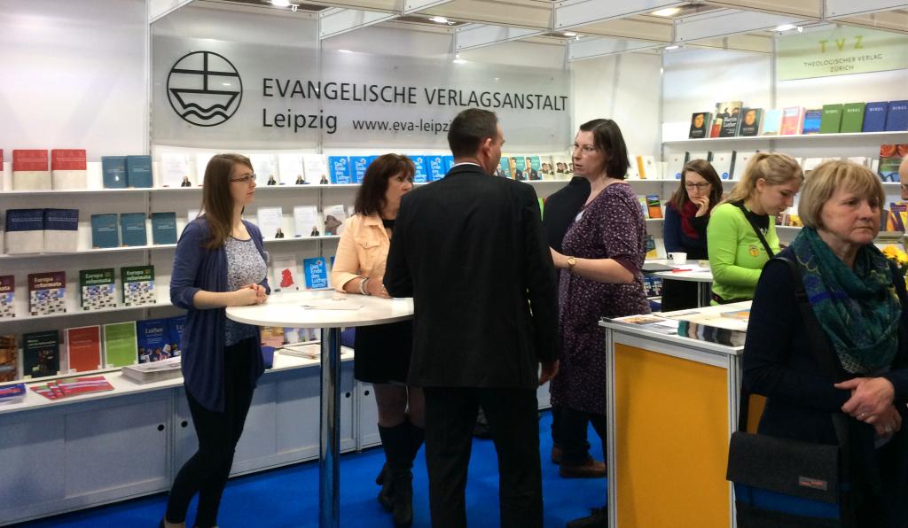 Zahlreiche Besucher am Stand der Evangelischen Verlagsanstalt Leipzig GmbH.