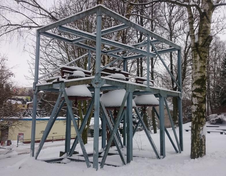 Die früheren Glocken waren im Freien auf einem Gestell angebracht und wurden manuell geläutet