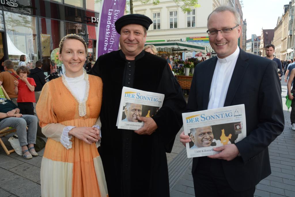 Landesbischof Carsten Rentzing kam am Stand der Evangelischen Verlagsanstalt Leipzig vorbei und schaute in den aktuellen SONNTAG.