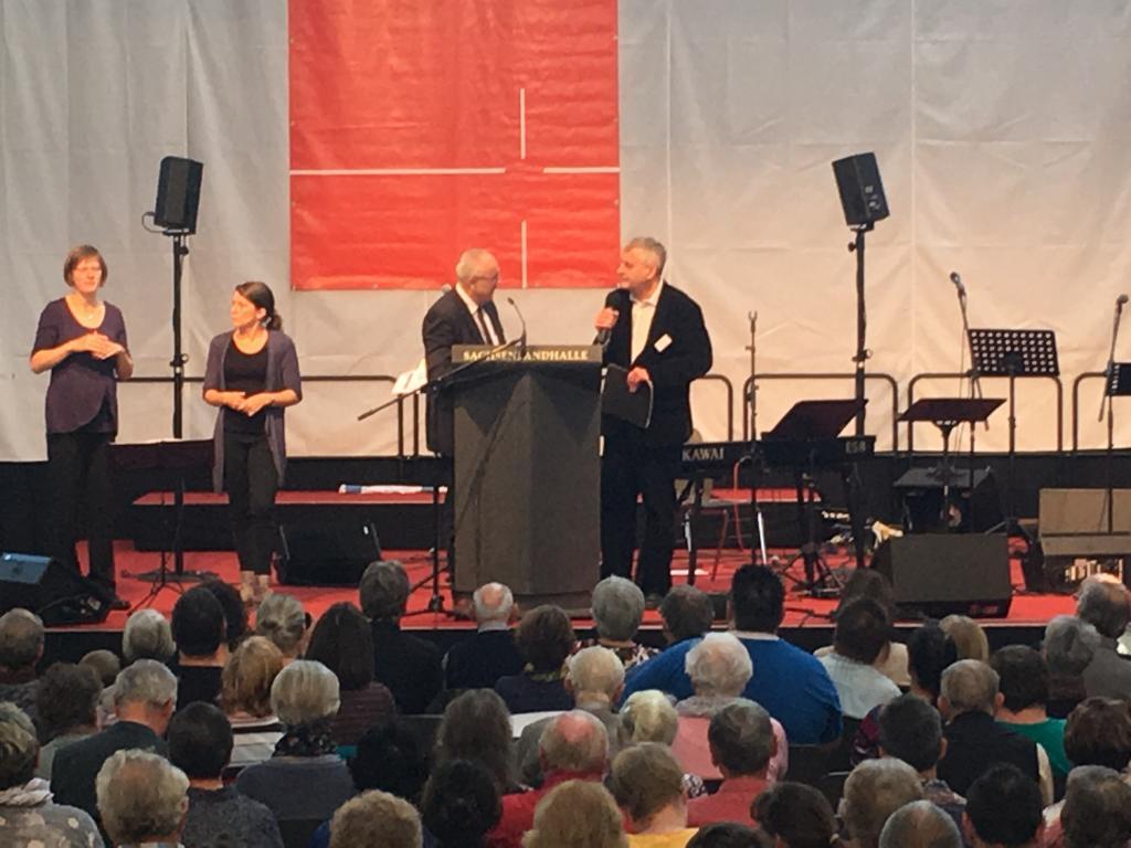 Thomas Scheffler und Ralf Gotter (r.) - links Gebärdensprachdolmetscherinnen