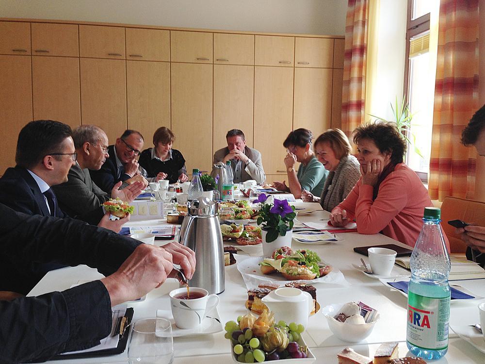 Teilnehmer des Politikerfrühstücks im Gespräch