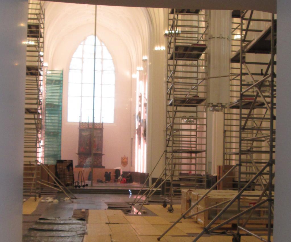 Die hängenden Säulen sind für die Montage der Glaselemente vorbereitet.