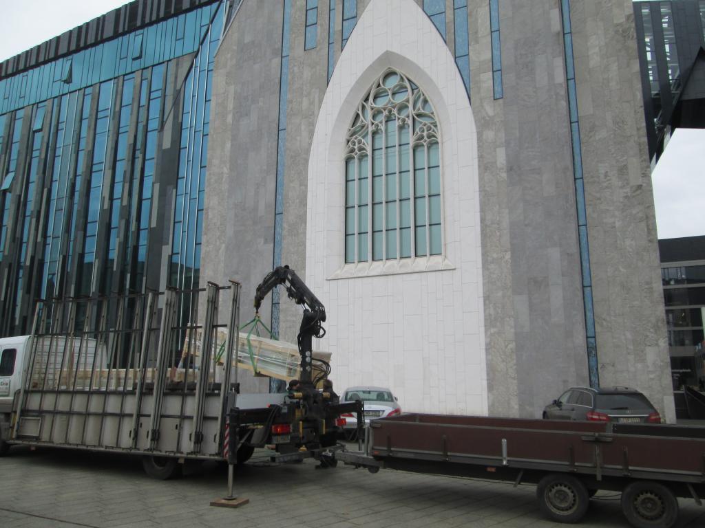 Die Glaselemente zur Verkleidung der beleuchteten Säulen werden geliefert.