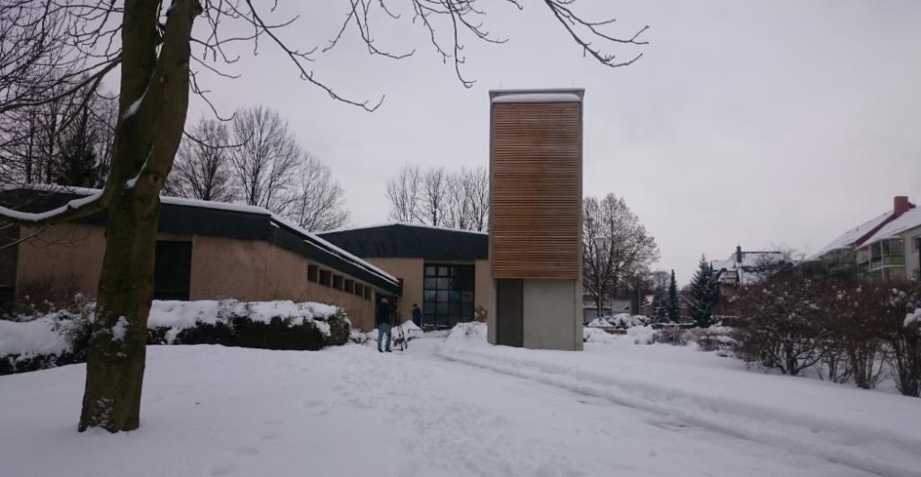 Blick auf das Markersdorfer Gemeindezentrum mit Glockenturm