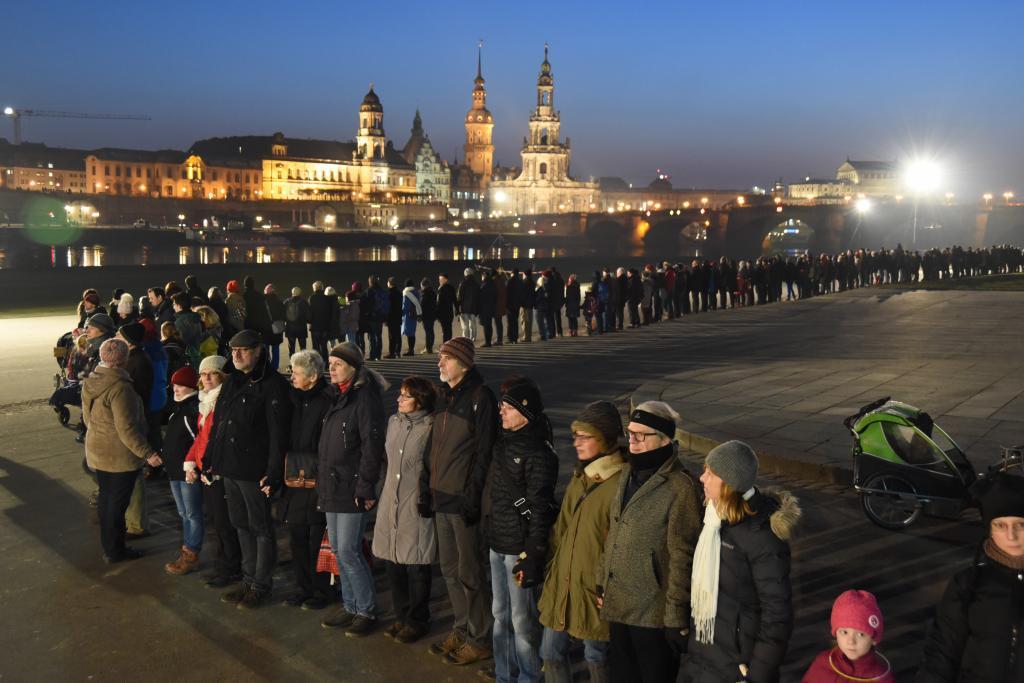Menschenkette mit 12000 Teilnehmern