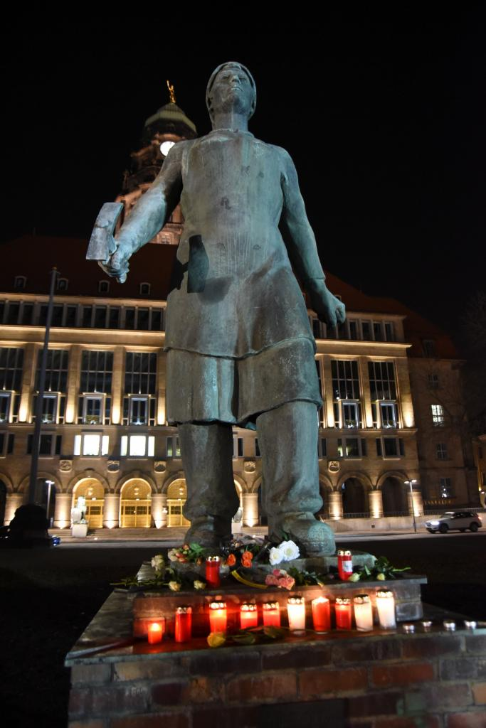 Denkmal der Trümmerfrau vor dem Rathaus