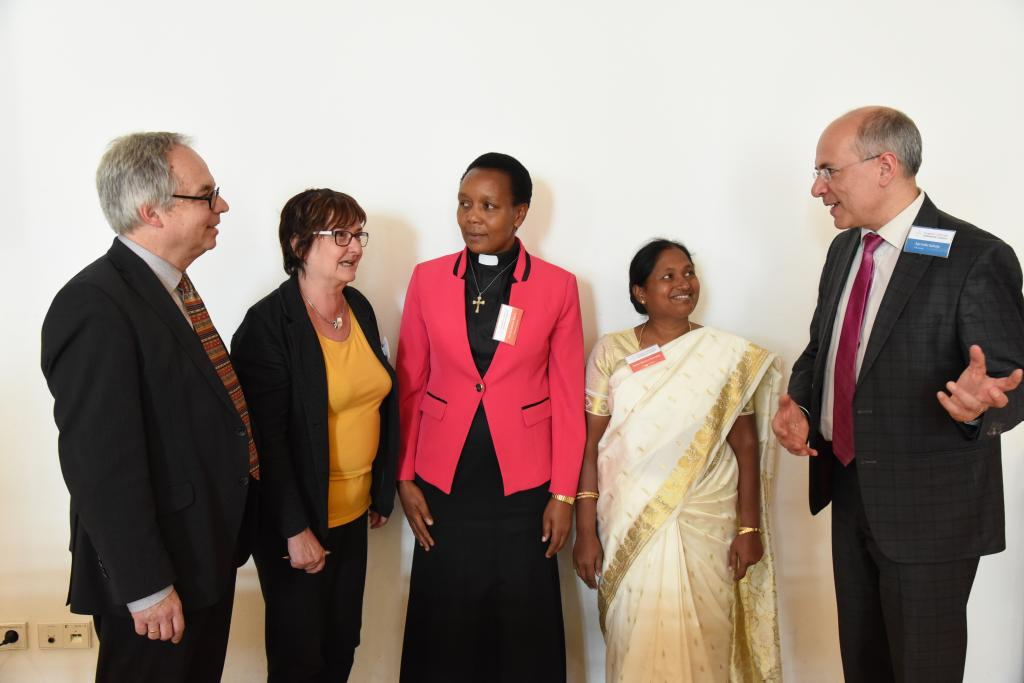 Pfarrerin Nancy Mtera aus Tansania und Pfarrerin Helan Monica Kennedy aus Indien sprachen mit dem Direktor des Leipziger Missionswerkes Ravinder Salooja vor der Synode ihrer Partnerkirche.