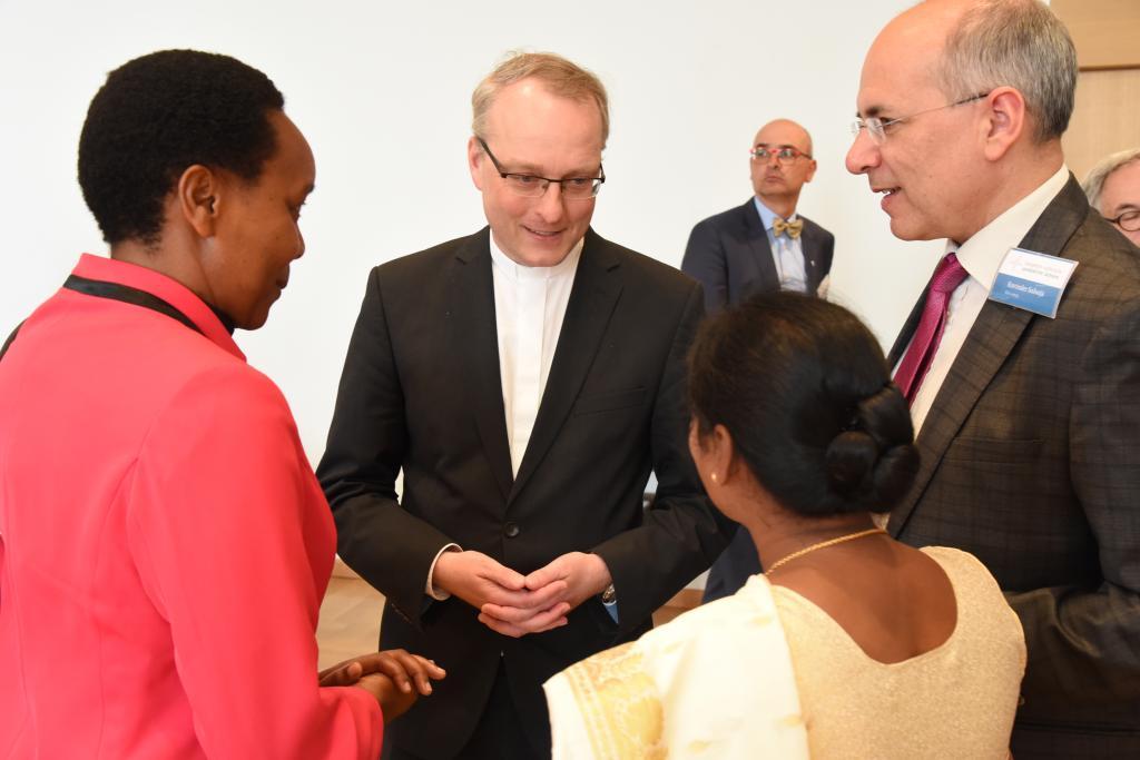 Landesbischof Carsten Rentzing im Gespräch mit Pfarrerinnen aus Indien und Tansania und Missionswerk-Direktor Ravinder Salooja