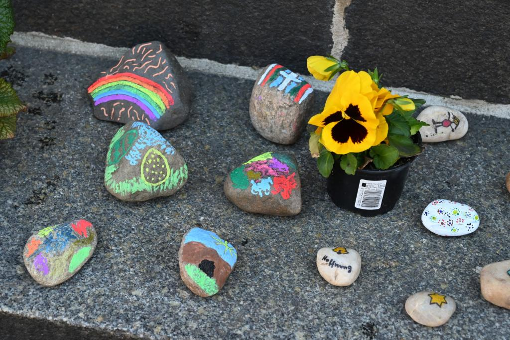 Ostern, Steine, bemalt, Spruch, bunt