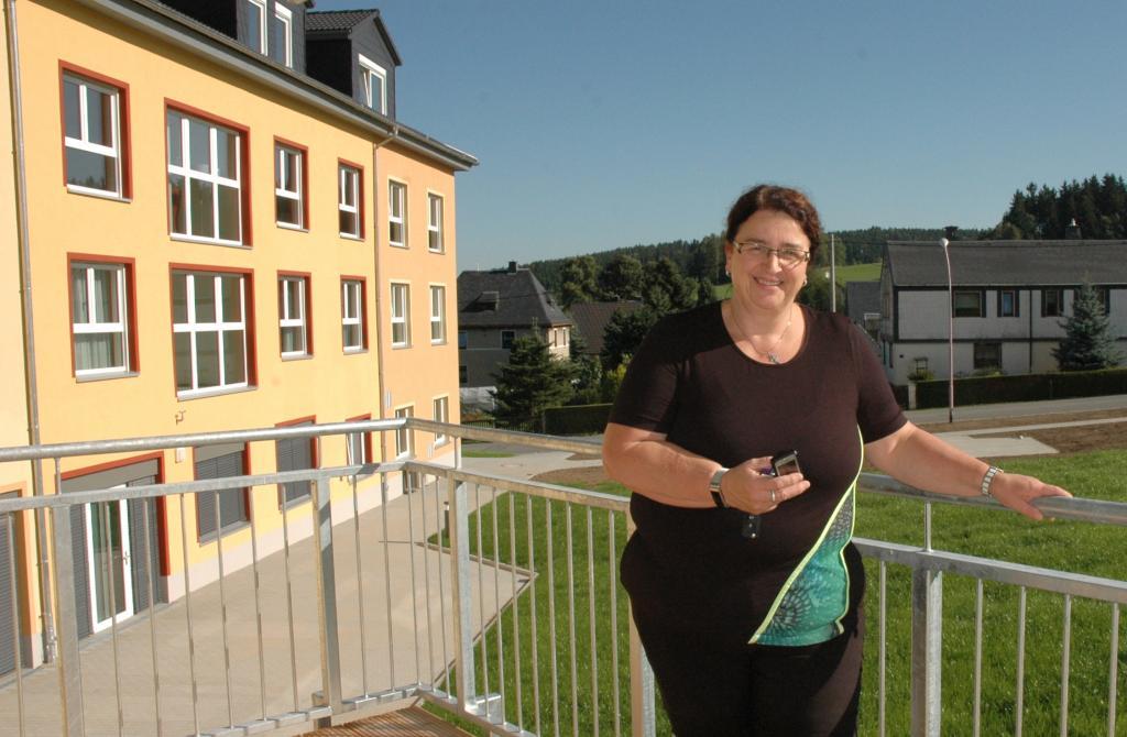 Leiterin Simone Hänel auf einem Balkon einer Wohngemeinschaft am Haus © C. Bergmann