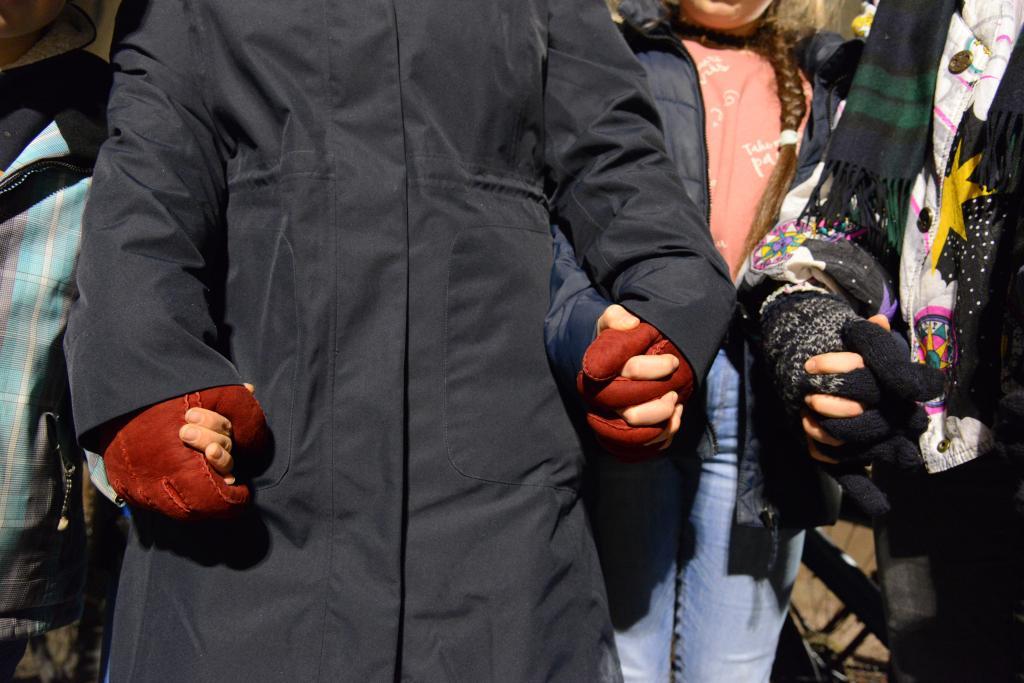Menschenkette an der Synagoge Dresden