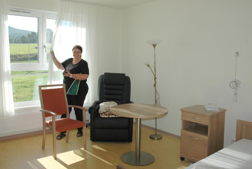 Leiterin Simone Hänel zeigt ein Zimmer © C. Bergmann