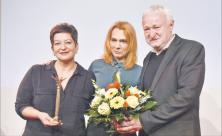 Preis für kritischen Journalismus: lkay Yücel (l.), Schwester des in der Türkei inhaftierten Deniz Yücel, und die türkische Journalistin Asli Erdogan erhielten den diesjährigen Leipziger Medienpreis. Werner Schulz hielt die Laudatio. Foto: Armin Kühne