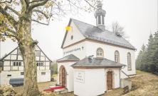 Keine Kirche, sieht nur so aus: Die Hochzeitskapelle Callenberg soll ab Ende November auch Nichtchristen die Trauung in einem Kirchengebäude ermöglichen. Das Gebäude ist komplett neu und auch als Ort zum Feiern gebaut. Foto: Jan Adler