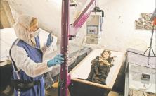 Die Gruft wird zum Labor: Die Archäologin und Anthropologin Amelie Alterauge untersucht mit einem mobilen Röntgengerät die Mumien in der Gruft der Riesaer Klosterkirche genauer. Foto: Steffen Giersch