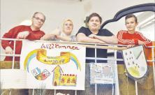 Geschmückt für den 30. Geburtstag (v. l.): Bernd, Diana, Heiko und Jakob haben im »Teekeller Quelle« in der Leipziger Michaeliskirche am Nordplatz die Empore gestaltet. Die von Bernd Hoffmann installierte »30« leuchtet. Foto: Armin Kühne