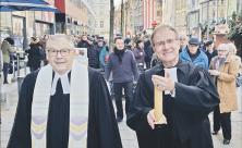 Der erste Universitätsprediger Peter Zimmerling (r.) führt gemeinsam mit Reinhard Turre die Leipziger Universitätsgemeinde aus dem fast 50-jährigen Exil in die neugebaute Universitätskirche. Foto: Uwe Naumann