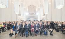 Universitätskirche St. Pauli in neuem Gewand: Beim Festgottesdienst zur Einweihung erstrahlten die hängenden Säulen. Von der Empore waren Orgel, Chor, Barockorchester und die Uni-Bigband zu hören. Foto: Jan Adler