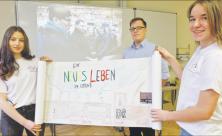 Sie besuchten Theresienstadt: Cora Weller (l.), Hannah Siegl und Lehrer Matthias Besenacker von der Evangelischen Oberschule Gersdorf. Foto: Cristina Zehrfeld
