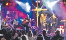 Vielfalt in der Konfirmandenarbeit: In Schwarzenberg gibt es mehrere Konfi-Bands, die besondere Veranstaltungen begleiten. Im Gottesdienst zum Abschlussfest der Konfi-Zeit am 28. April spielte etwa die Band »reprieved«. Foto: L. Graupner
