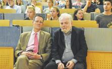 Beschäftigt sich nicht nur mit Stasi-Akten: Lutz Rathenow (r.) mit Professor Florian Steger vor wenigen Tagen im »Medizinisch Theoretischen Zentrum« Dresden, dort sprach Rathenow zum Thema »Traumatisierung durch politisierte Medizin«. Foto: Steffen Giersch