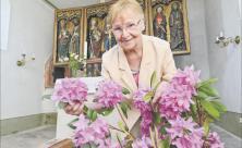 Die ehrenamtliche Kirchnerin Ute Müller kümmert sich nicht nur um den Blumenschmuck in der Kirche Göhren, sondern öffnet das Gebäude auch für Interessierte und etwa vier Mal im Jahr für einen Gottesdienst. Foto: Wiegand Sturm