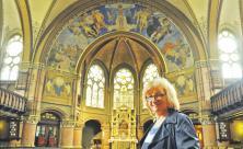 Triumph für den Triumphbogen: Pfarrerin Renate Henke freut sich in der Johanneskirche Meißen-Cölln darüber, dass der 1898 errichtete Sakralbau ab Herbst endlich saniert wird. Vier Jahre soll das dauern. Foto: Tomas Gärtner