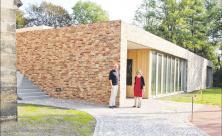 Die beiden Pfarrer Christof Heinze und Anja Funke vor dem neuen Gemeindehaus neben der Lutherkirche in Radebeul. Foto: Lindackers